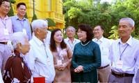 越南国家副主席邓氏玉盛会见永隆省历届国会代表团