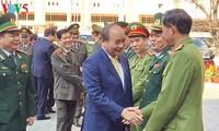 阮春福探望岘港市海州郡和武装力量并向其拜年