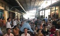 越南外交部海外越南人国家委员会向遭受火灾的旅柬越南人致慰问信和转交救济物资