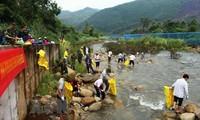 越中两国边民联合开展界河卫生清理工作