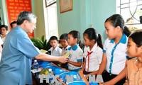 越共中央书记处常务书记陈国旺视察加莱省
