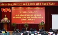 越共中央委员更新知识普及培训班完班