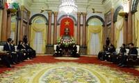 越南国家代主席邓氏玉盛和政府总理阮春福分别会见韩国总理李洛渊