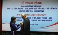 越南向世界卫生组织西太平洋地区办公室主任申英秀授予友谊勋章