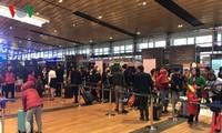 越南乘客纷纷使用广宁省云屯机场的服务