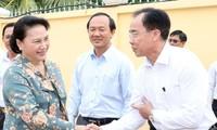阮氏金银与芹苴市丰田县选民进行接触