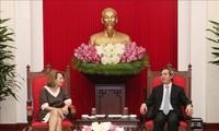 越共中央经济部部长阮文萍会见越南企业论坛电力与能源工作组