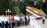 越南国会主席阮氏金银在胡志明市上香缅怀英雄烈士