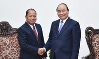 Нгуен Суан Фук принял министра безопасности Лаоса