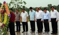 Чыонг Хоа Бинь зажег благовония у монумента вьетнамских матерей-героинь в провинции Куангнам