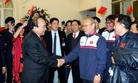 Премьер Вьетнама встретился с участниками национальной молодежной команды по футболу U23