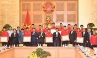 Нгуен Суан Фук встретился с национальной сборной Вьетнама по футболу