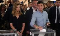 Партия президента Украины побеждает на досрочных выборах в Раду
