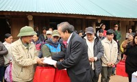 Tet gifts presented to flood victims in Hoa Binh province