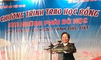 Vice President Nguyen Thi Doan gives scholarships to disadvantaged children