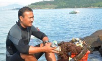 """Trash collecting director"" inspires environment protection in Da Nang"