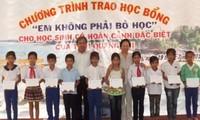 """Quỹ bảo trợ trẻ em Việt Nam trao học bổng """"Em không phải bỏ học"""""""