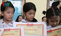 Trao học bổng Vừ A Dính cho học sinh Việt kiều tại Campuchia