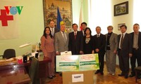 Hội người Việt Nam tại Kiev trao quà cứu trợ cho Hội Chữ thập đỏ Ukraine