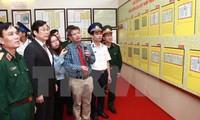 Tặng bản đồ và tư liệu chủ quyền biển đảo cho Bộ Tư lệnh Quân khu 3
