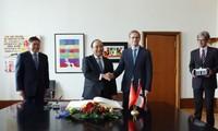 Thủ tướng Nguyễn Xuân Phúc gặp Thủ hiến kiêm Thị trưởng Berlin