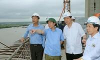 Phó Thủ tướng Vương Đình Huệ thị sát dự án BOT cầu Bạch Đằng