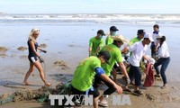 Ra quân thu gom rác khu vực bờ biển Mũi Né, Bình Thuận