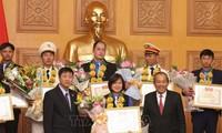 Phó Thủ tướng Trương Hòa Bình trao giải thưởng cho 36 cán bộ, công chức, viên chức trẻ giỏi toàn quốc năm 2018