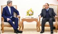 TT Nguyễn Xuân Phúc tiếp cựu Ngoại trưởng Hoa Kỳ John Kerry; cựu Đại sứ Hoa Kỳ tại VN Pete Peterson;CT Liên đoàn chế biến chế tạo Singapore