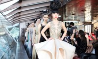Jessica Minh Anh khởi đầu 2017 bằng show thời trang cao cấp trên sông Seine