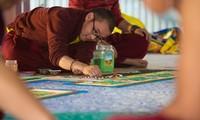Chiêm ngưỡng quá trình làm tranh Mandala Phật Quan Âm bằng ngọc đá quý