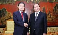 Viceprimer ministro Nguyen Xuan Phuc recibe al alcalde de ciudad surcoreana Busan