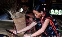 Las manos hábiles de mujeres étnicas en productos artesanales