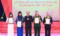 Entrega de premios a la prensa por 70 aniversario del Parlamento de Vietnam