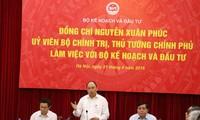 Primer ministro de Vietnam orienta el desarrollo socioeconómico para el próximo lustro