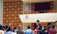 Director David Gómez Ramírez y la orquesta de la Academia Nacional de Música de Vietnam