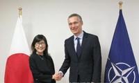 Ministra de Defensa japonesa visita la sede de la OTAN