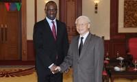 Lider partido vietnamita recibe a altos dirigentes de Laos y Mozambique