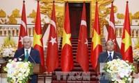 Primer ministro turco optimista sobre los nexos futuros con Vietnam