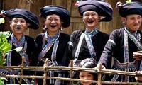 Las mujeres Lu y su costumbre de teñirse de negro los dientes