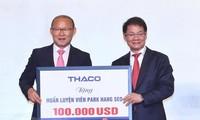 Entrenador Park Hang-seo dona 100 mil dólares al desarrollo del fútbol en Vietnam