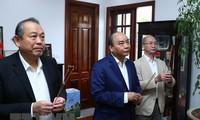 Premier vietnamita rinde homenaje a difuntos líderes del Partido y del Estado