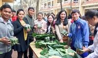 Empaquetar pastel del Tet: una manera de disfrutar la cultura vietnamita