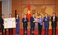 Presidenta del Parlamento vietnamita entrega aporte empresarial a actividades comunitarias