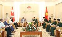 Ministro de Defensa vietnamita recibe a representante diplomática de Canadá