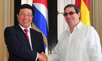 Cancilleres de Vietnam y Cuba dialogan sobre desarrollo de vínculos tradicionales