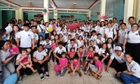 Jóvenes expatriados vietnamitas visitan Quang Ngai
