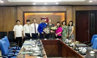 Condecoran a representante de la ONU por aportes a las nuevas generaciones en Vietnam