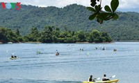 Đua thuyền Kayak trên hồ Phú Ninh