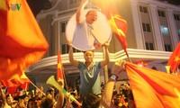 Cổ động viên mở hội trên đường phố Hà Nội mừng Đội tuyển Việt Nam